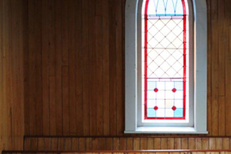 Las ventanas de tipo lanceta son comunes en la arquitectura religiosa.