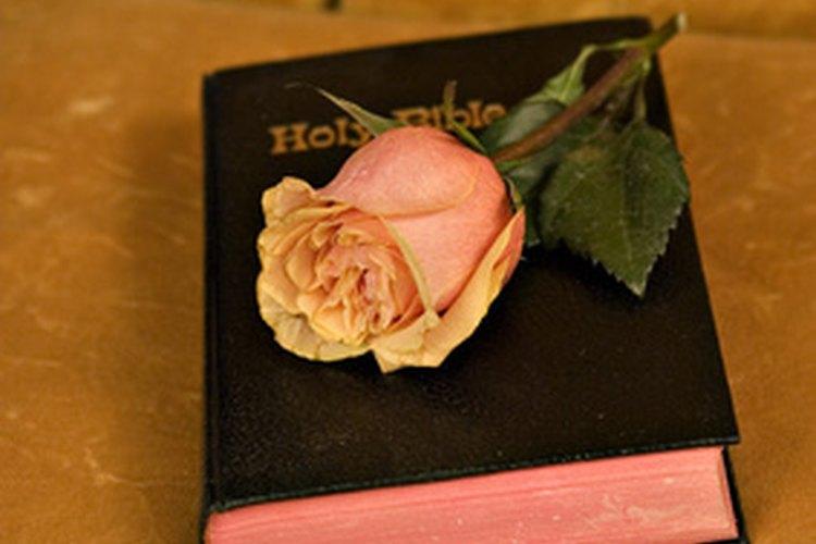 Hay muchas ideas de regalos a bajo costo para las mujeres cristianas en retiro.