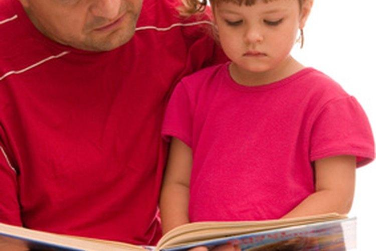 Los padres ayudan a los niños a desarrollar habilidades previas a la lectoescritura al leerles.