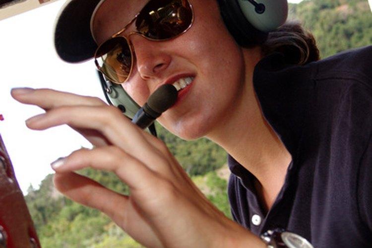 Un piloto comercial vuela aeronaves de manera profesional.