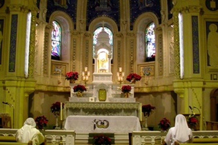 Los ministros de la eucaristía sirven a los sacerdotes y congregaciones Católicas