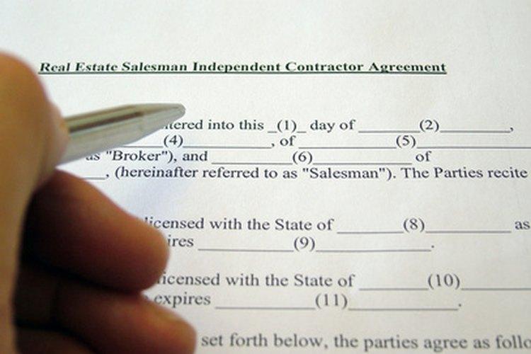 Los agentes de bienes raíces trabajan con contratos legales complejos.