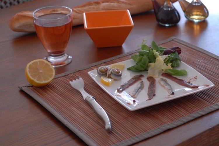 Los críticos gastronómicos degustan una variedad de platos en los restaurantes.