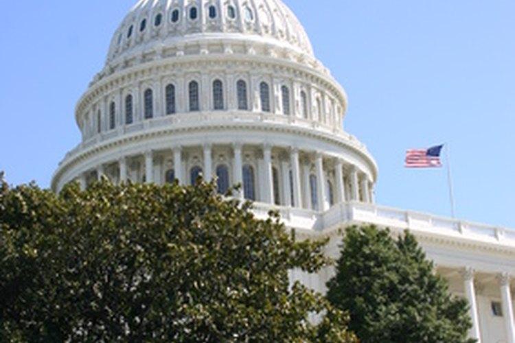 Los representantes de distritos congresionales trabajan en el edificio del Capitolio en Washington, D.C., mientras que los representantes estatales trabajan en la ciudad capital del estado.