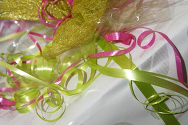 Crea ideas sencillas y hermosas para envolver un regalo para una despedida de soltera.