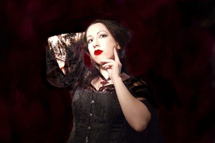 Para lograr un estilo gótico para un atuendo, concéntrate en la ropa negra y el maquillaje.