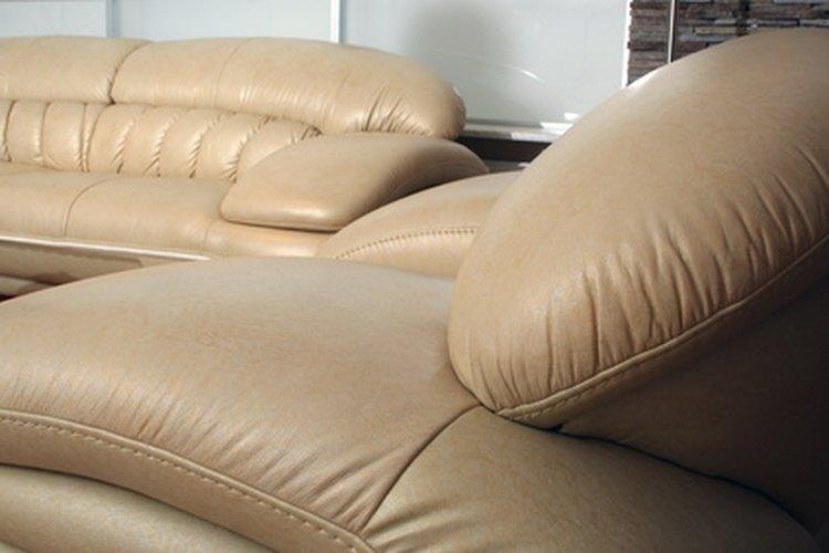 Preserva la belleza de tu sofá de piel eliminando las manchas de tinta con prontitud.
