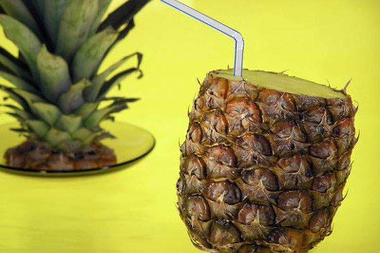 Sirve los tragos en una piña ahuecada para sumarle más sensación tropical aún.