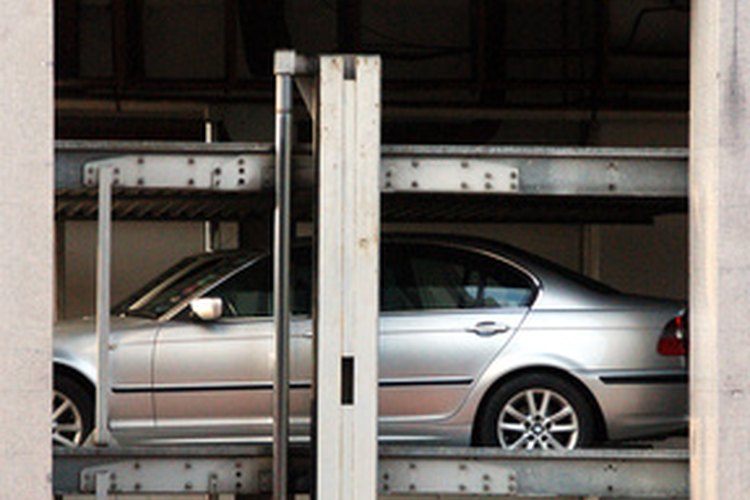 Las máquinas hidráulicas les permite a los operadores hacer trabajos importantes, como levantar vehículos pesados, con poco esfuerzo.
