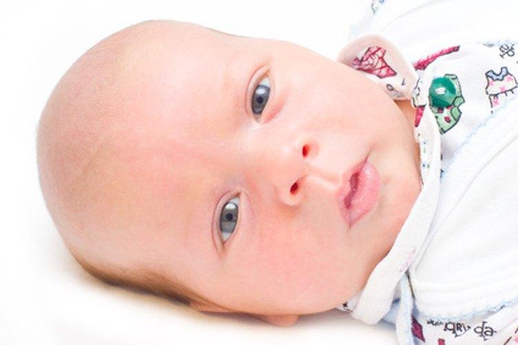 Los ojos de los recién nacidos caucásicos a menudo aparecen de color azul.