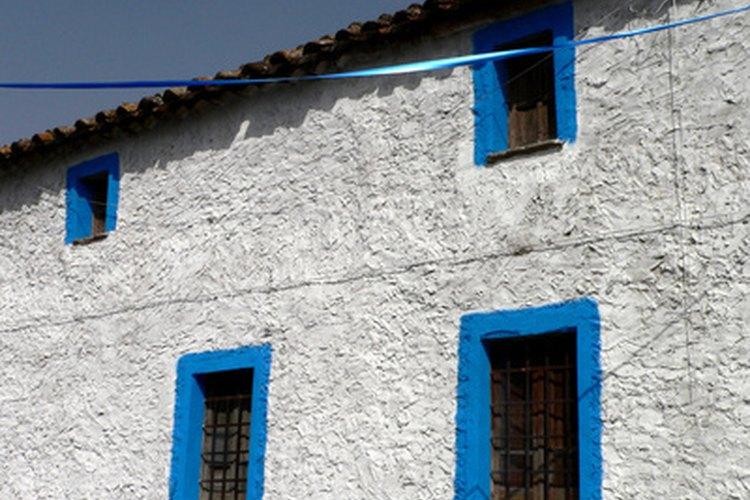 Algunas casas presentan paredes exteriores de concreto para resistir a las tormentas y a los fuertes vientos.