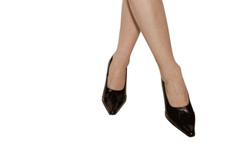 Las medias de nylon pueden darte un aspecto clásico cuando las combinas con zapatos bajos de charol.