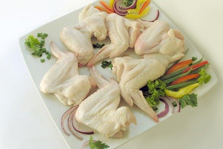 Hay varias formas de eliminar los pelos de un pollo crudo.