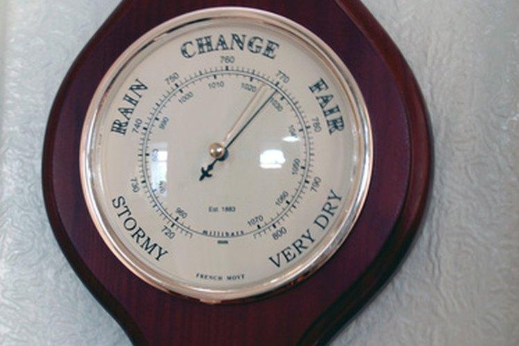 El barómetro mide la presión del aire que afecta el tiempo.