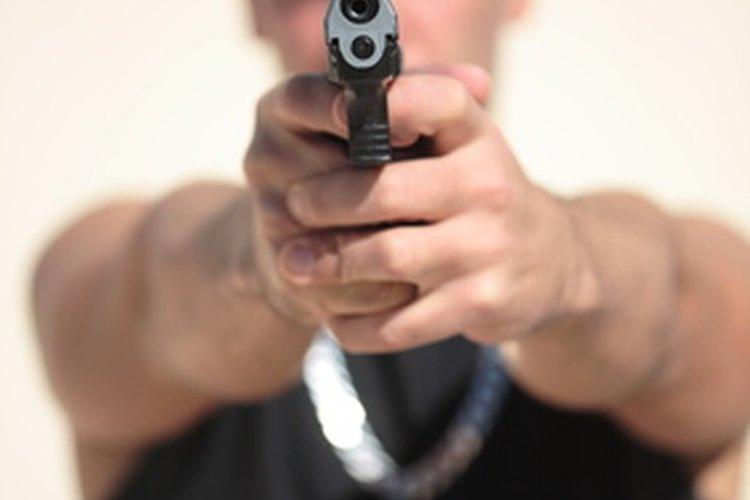 Los guardias de seguridad armados de Brinks Inc. tienen que cumplir ciertos requerimientos.