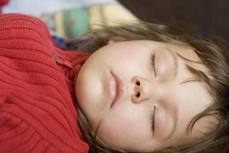Tu niño podría cortarse la cara con un objeto afilado si se cae de la cama.