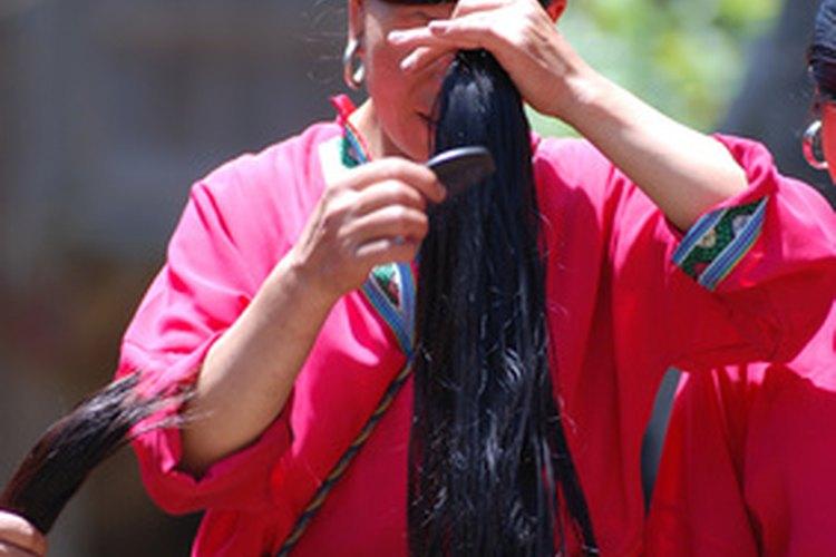 Pasa el peine desde las puntas al cuero cabelludo.