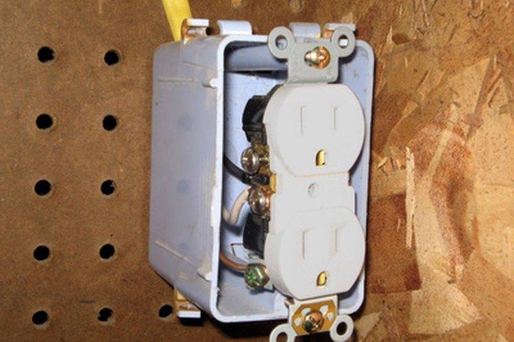 Añade una salida de una fuente de alimentación de un interruptor de luz existente.