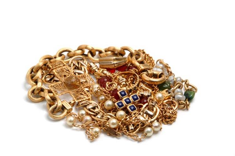 La joyería de moda a menudo está hecha de metales comunes, como latón, que han sido recubiertos de un metal precioso, como el oro.