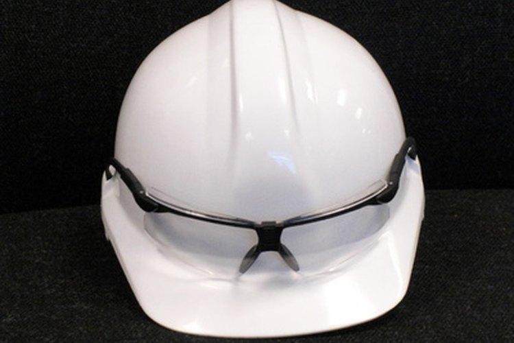 Las gafas de seguridad apropiadas son una parte importante del mantenimiento y reparación doméstica.