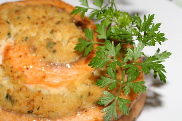 Agrega hierbas y especias para condimentar tus platos con pescado.