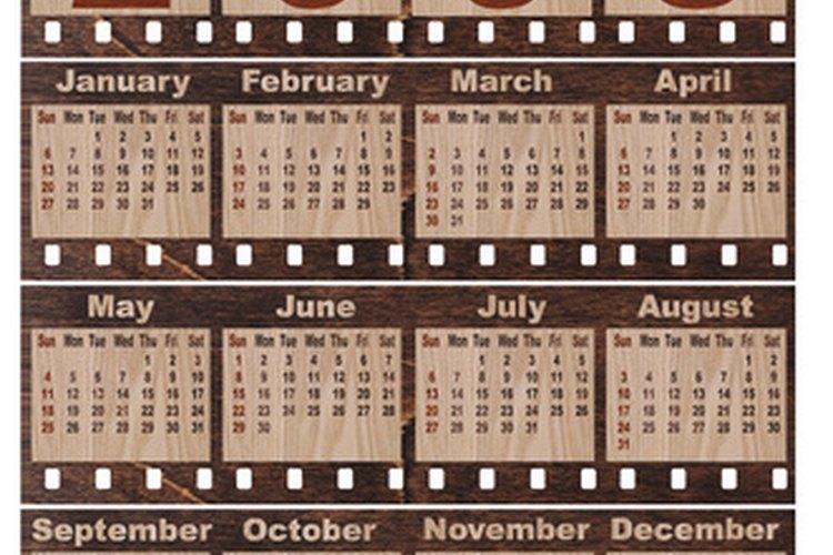 Usa un calendario para enseñarle matemática a los niños del jardín infantil.