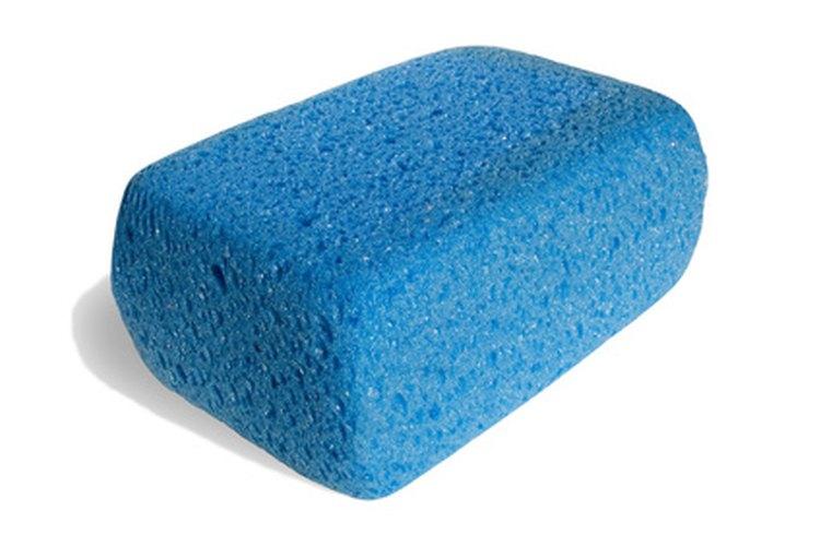 Una esponja remueve suavemente el moho del cuero.
