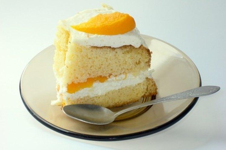 El almíbar puede ser pincelado entre cada capa del pastel para mantenerlo húmedo.