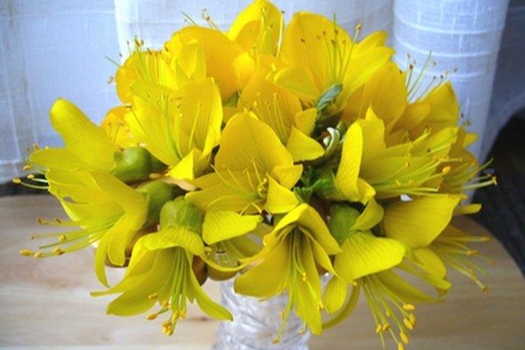 Puedes usar flores amarillas para representar lo dorado de este aniversario.