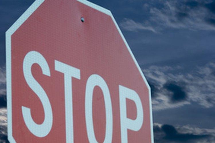 Diferentes estados establecen diferentes sanciones para las paradas rodando.