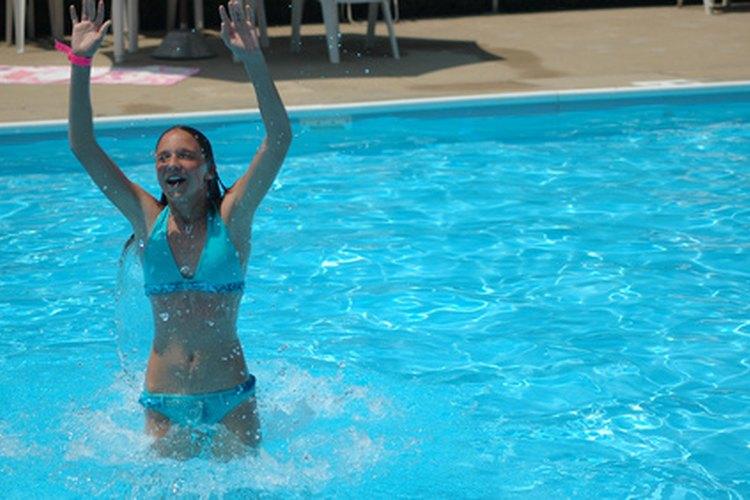 Preparar la piscina con éxito requiere el uso de cloro en la mayoría de los sistemas de la piscina.