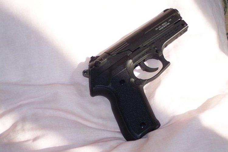 Carga adecuadamente una pistola de aire comprimido antes de disparar.