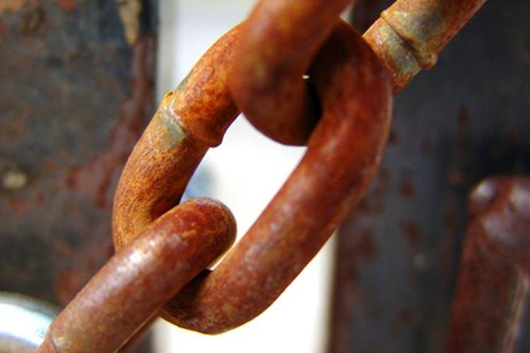 La corrosión puede provocar que los eslabones de una cadena se rompan antes de tiempo.