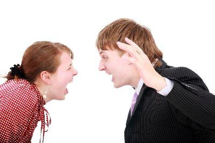 Los insultos, gritos y amenazas son signos de abuso verbal.