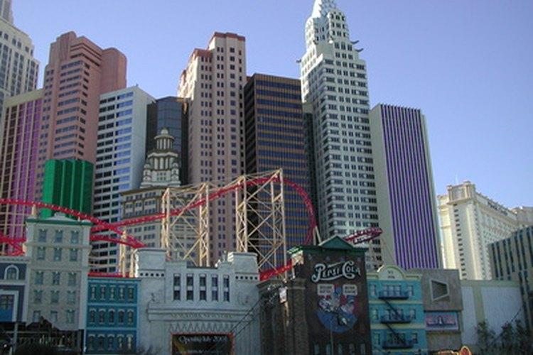Los paseos emocionantes como la montaña rusa en el hotel New York-New York deberían entretener a la mayoría de los adolescentes jóvenes.