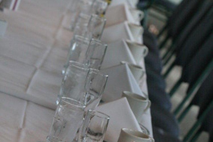 Los manteles están disponibles en tamaños estándar según la forma de las mesas.