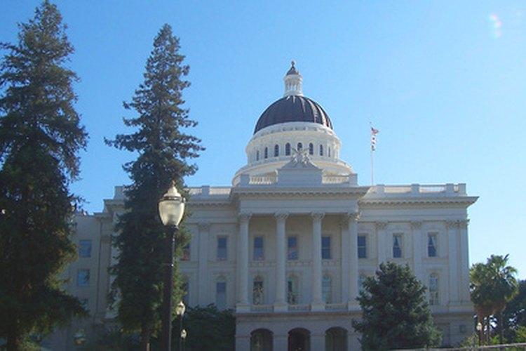California obtiene ingresos a través del impuesto sobre la renta y sobre las ventas.