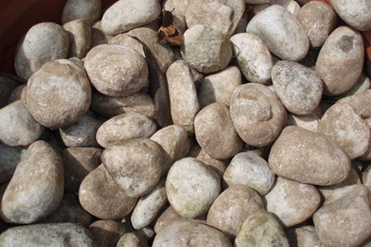 Ideas sencillas y baratas para tus patios for Piedras jardin baratas