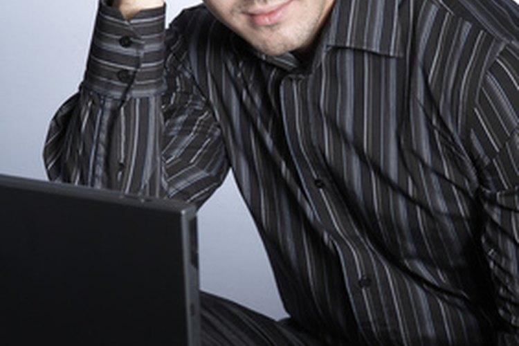 Muestra tu lado positivo mientras hablas en línea con una chica.