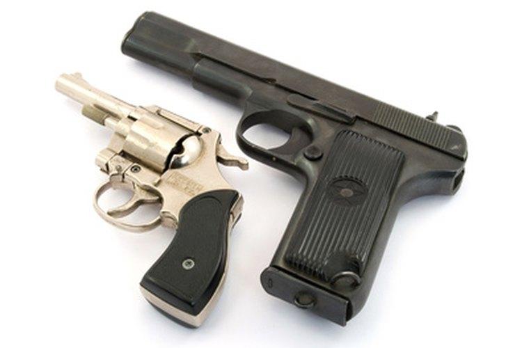 Los armeros trabajan con muchos tipos de armas de fuego.