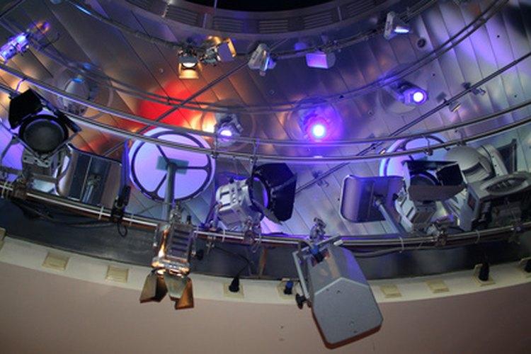 Las luces brillantes y la música electrónica son parte integral de una fiesta con temática tecno.