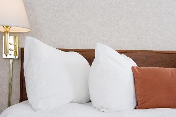 Los cabeceros montados en la pared son una alternativa económica y decorativa para tu dormitorio.