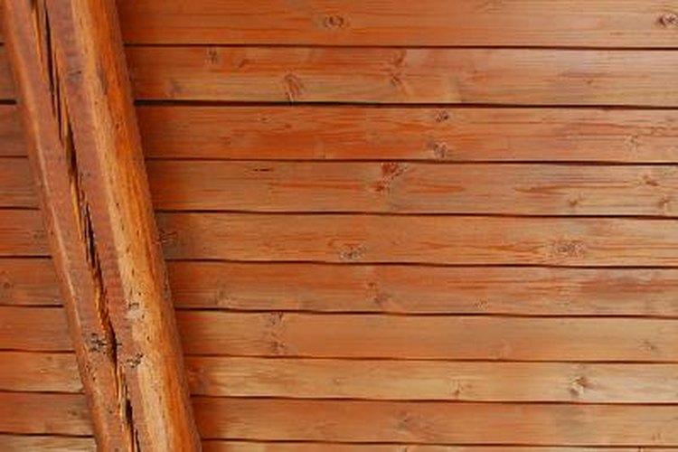 Instala los tablones en el techo después de haberlos teñido y barnizado.