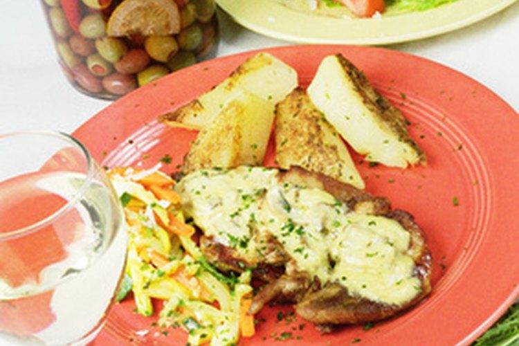 Muchas recetas a base de pollo se pueden hacer tanto de la manera convencional como con una olla de cocimiento lento.