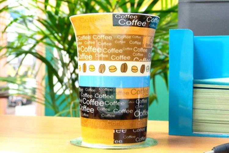 Las tazas para café fungen bien como recipientes para regalos del intercambio de navidad.