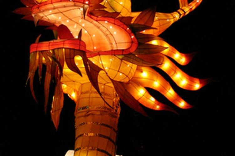 Esta figura elaborada de un dragón parece estar encendida desde adentro por una fila de luces blancas.
