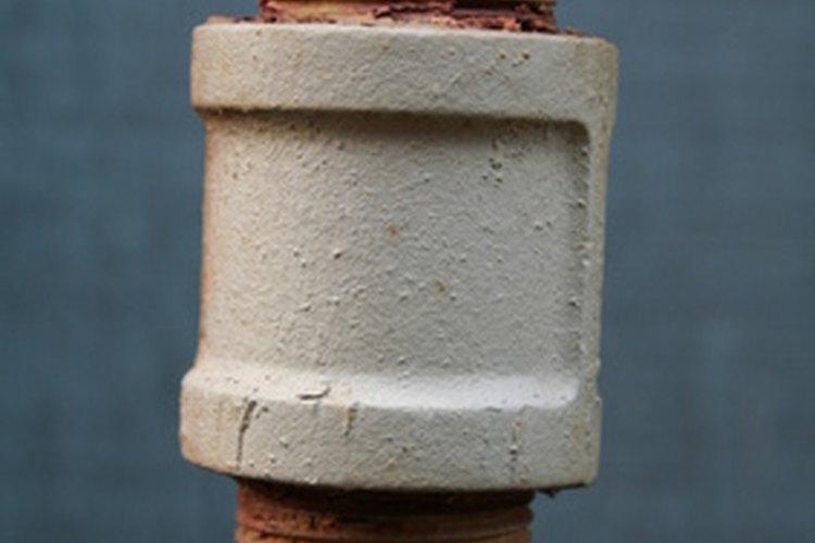 El tubo de acero galvanizado enroscado es sólo un tipo de tubería metálica de las muchas que puedes encontrar en tu hogar.