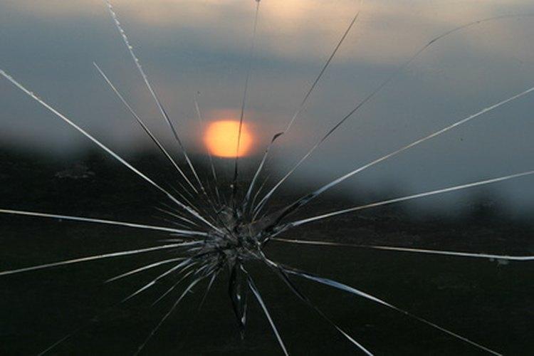 Los materiales modernos epoxi se mezclan sin problemas en las grietas en el vidrio.