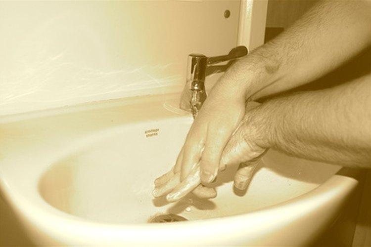 Enseña a tu hijo a lavarse las manos.
