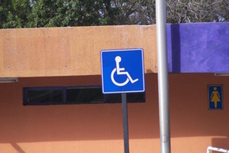 Los señales para discapacitados deben ser azules y blancas o de otro color que no sea brillante.